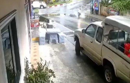 Brža od metka: Projurila ulicom na motoru, umesto da skrene - umalo da se zakuca u auto (VIDEO)