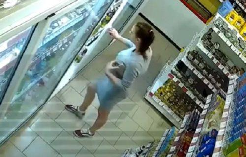 Devojka došla u SUKNJICI u prodavnicu, a onda ju je iznenada ZADIGLA i gurnula nešto dole (VIDEO)