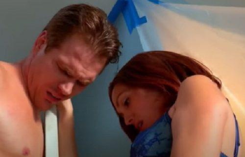 Muškarcu se polni organ usred odnosa ZAGLAVIO u RUPI na vratima, a onda je žena upalila TESTERU (VIDEO)