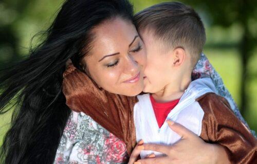 Usvojila sina (7), a on pokušao da je ZADAVI! Kad se oporavila od šoka, njegova poruka ju je DOTUKLA