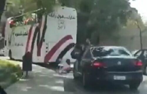 Kad prvi dan kampanje krene naopako: Aktivisti iznenada POPADALI sa autobusa (VIDEO)