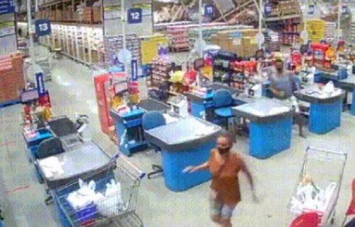 Snimak da se naježiš: Ogromni rafovi u hipermarketu popadali na kupce, radnica preminula (VIDEO)