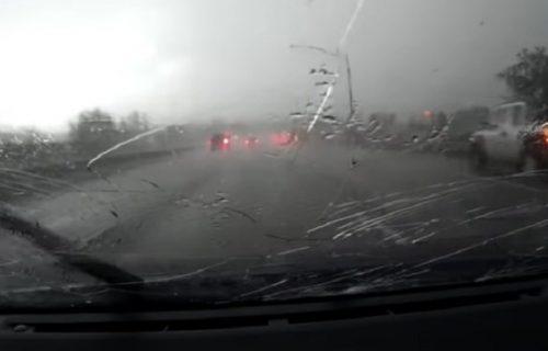 """""""Bože, umrećemo ovde!"""": Našli se usred GRADA na putu, stakla na kolima počela da im pucaju (VIDEO)"""