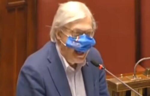 Poslanika IZNELI iz parlamenta jer je držao vatreni govor bez maske (VIDEO)