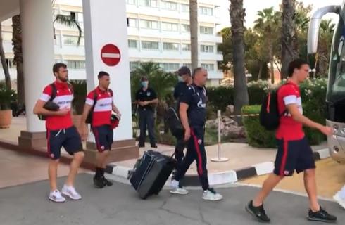 FEŠTA na Kipru: Navijači Olimpijakosa ispratili igrače Zvezde na meč protiv Ararata (VIDEO+FOTO)