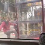 HAOS u Beogradu: Putnici u šoku posmatrali šta radi POBESNELI mladić (VIDEO)
