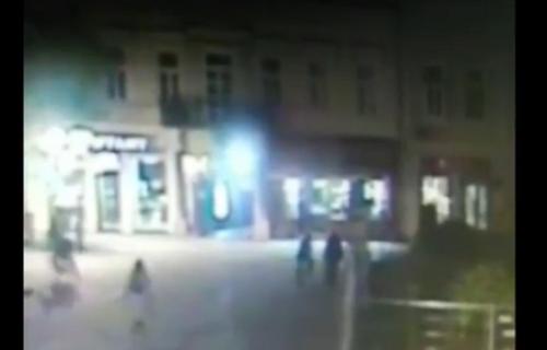 Snimak napada na Vladičanski dvor u centru Novog Sada: Ukradena građa i oštećena nova fasada (VIDEO)