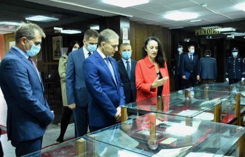 Stefanović obišao izložbu retkih knjiga! Budući policajci će moći da vide najčuvanije nasleđe naše zemlje