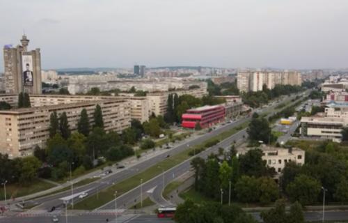 Ljudi NE VERUJU da se ovo dešava u Beogradu: Njih tri stoje, jedna se popela na automobil (FOTO)