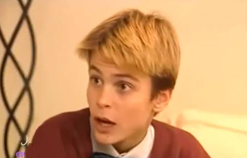 """Prepoznajete li dečaka sa slike? Karijeru je počeo u """"Otvorenim vratima"""", a sada je pravi frajer"""