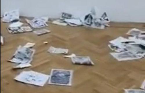 Mladići upali u zemunsku galeriju, pa SVE POCEPALI: Uništen i crtež bebe koji je zgrozio Srbiju