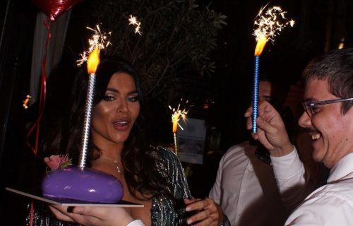 Dejana Živković večeras slavi rođendan: Manekenka nikad lepša, pleni u haljini sa DUBOKIM DEKOLTEOM!