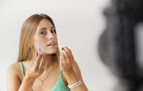 Višestruka upotreba: 5 FANTASTIČNIH načina kako sve možete da iskoristite SJAJ za usne