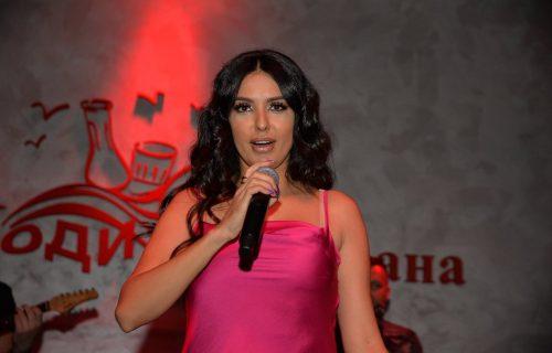 Naš glumac se provodio na nastupu Tanje Savić: Ona mu na MIKROFON uputila niz KOMPLIMENATA (VIDEO)