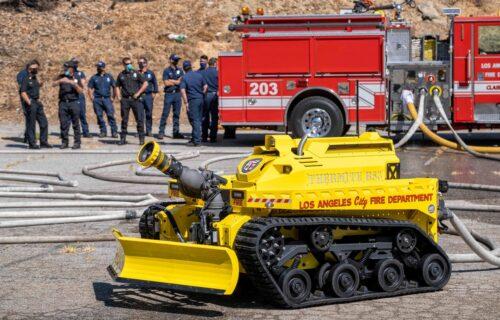 Izgleda kao igračka, a spasava živote: Neustrašivi robot gasi požare u Americi (VIDEO)