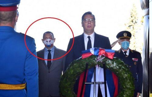 Svi su gledali u Vulinovu masku, dok je stajao pored Vučića! Obratite pažnju šta je na njoj pisalo (FOTO)
