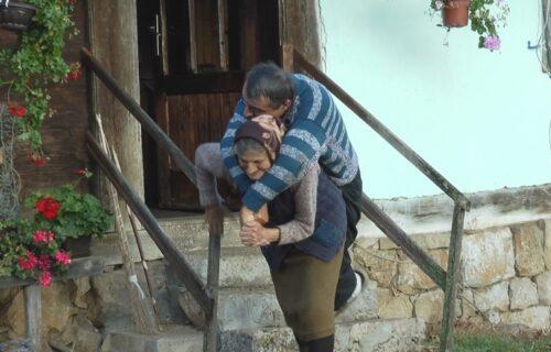 Slika majke koja nosi sina na leđima je RASPLAKALA Srbiju, sada Olga i Predrag imaju čemu da se nadaju