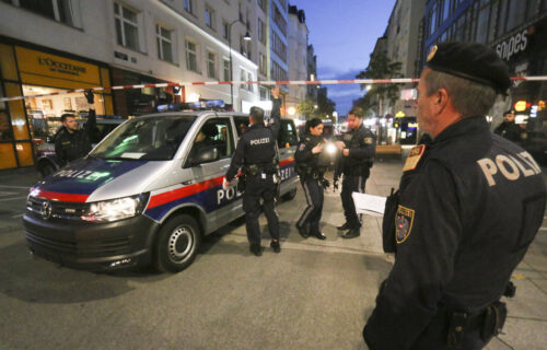 UZNEMIRUJUĆI SNIMAK: MMA borci spasili policajca i stariju ženu tokom terorističkog napada u Beču (VIDEO)