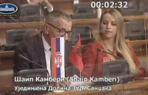 Nedopustiva PROVOKACIJA u Skupštini: ALBANSKA zastava istaknuta pored srpske, Kamberi ignorisao ZABRANU