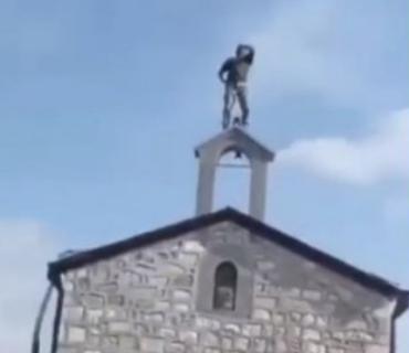 """Jezive scene u Nagorno Karabahu: Azerbejdžanski vojnik SKRNAVIO crkvu, pa vikao """"Alahu akbar"""" (VIDEO)"""