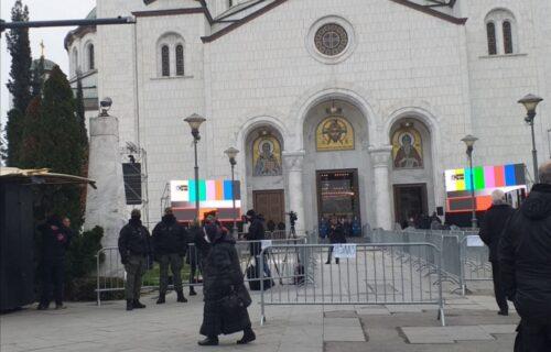 Vernici se okupljaju pred Hramom da odaju poslednju poštu Irineju (FOTO+VIDEO)