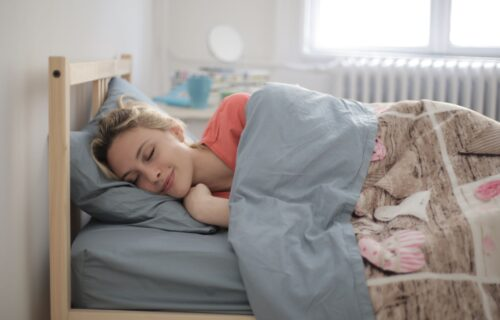 Budite se UMORNI i pospani? Ovo su dve NAJGORE poze za spavanje