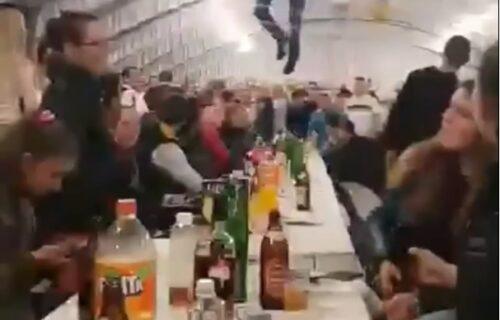 Ludilo na srpskoj svadbi: Sa plafona VISE NOGE, dok svatovi gledaju u šoku i tapšu (VIDEO)