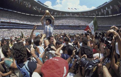 Haos u Argentini: Vozilo sa Maradoninim telom blokirali, navijači Boke i Rivera zagrljeni plaču! (VIDEO)