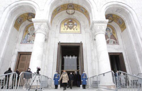 Pojavio se MISTERIOZNI MLADIĆ na sahrani patrijarha Irineja: Svi u Hramu su gledali u njega (FOTO)