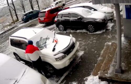 Čistio sneg sa auta ni ne sluteći da će u narednom momentu JEDVA izbeći smrt (VIDEO)