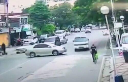 Beg u poslednji čas: Užasan sudar automobila i kombija, a evo kako se BICIKLISTA izvukao (VIDEO)
