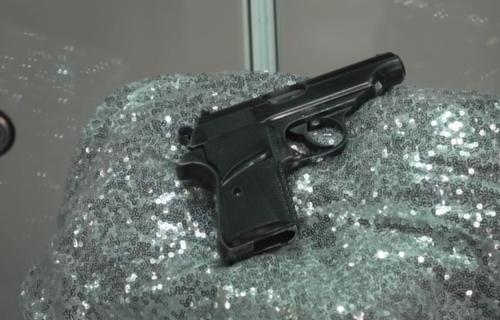Za najveće fanove agenta 007: Na aukciji pištolj koji je Šon Koneri koristio u Bondu (VIDEO)