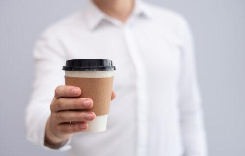Nova saznanja: Ispijanjem kafe iz PAPIRNE čaše za jednokratnu upotrebu unosimo PLASTIKU u naš organizam!