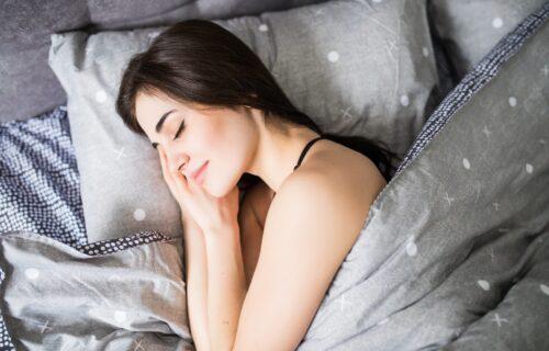 Budite se ukočeni i u bolovima? Možda je PROBLEM u JASTUKU na kom spavate: Izbor i položaj su bitni