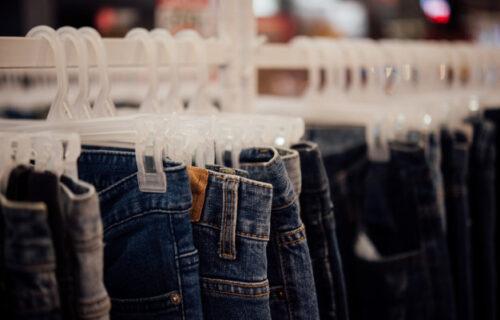 Složite i okačite pantalone na PRAVILAN način, kao što to rade u buticima! (VIDEO)