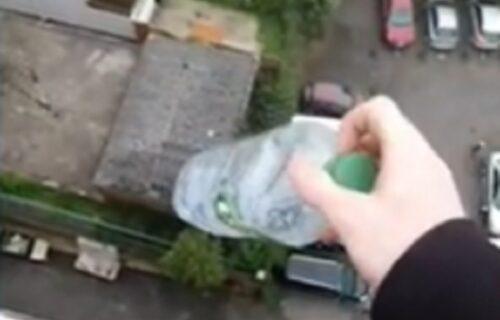 Neverovatno: Sa DEVETOG sprata bacio flašu s vodom koja je pala u SRCE ograde (VIDEO)