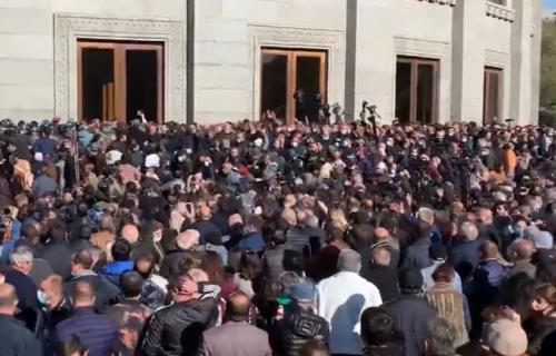 Ultimatum Pašinjanu: Do ponoći mora da podnese OSTAVKU, parlament traži poništenje sporazuma o Karabahu