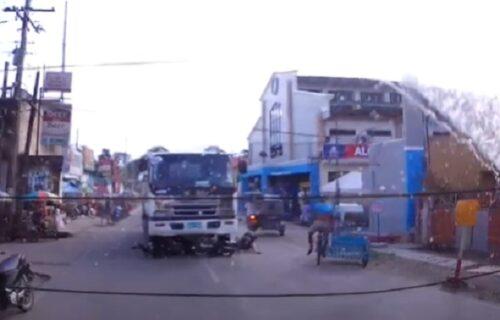 Horor u srcu gradića: Kamionu otkazale kočnice, pa smrskao dvojicu motociklista (VIDEO)