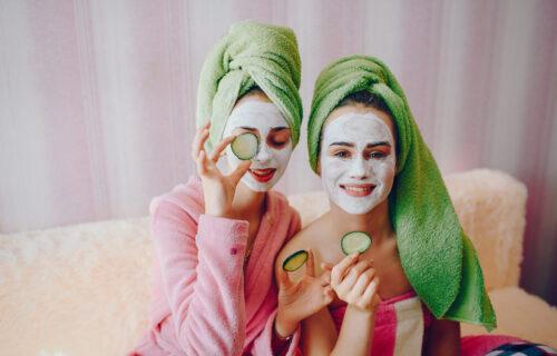 Nije samo krastavac delotvoran: Koje NAMIRNICE treba da stavljate na lice kako biste PODMLADILI kožu?