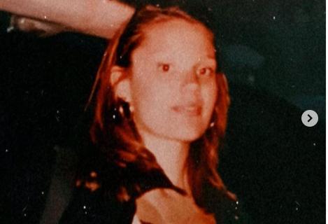 Tada je imala samo 20 godina, lepa je i danas: Prepoznajete li našu pevačicu sa fotografije? (FOTO)