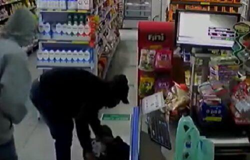 Lopovi pljačkali po prodavnici, nisu znali da na podu leži policajac: Za tren oka sve ih je POBIO (VIDEO)
