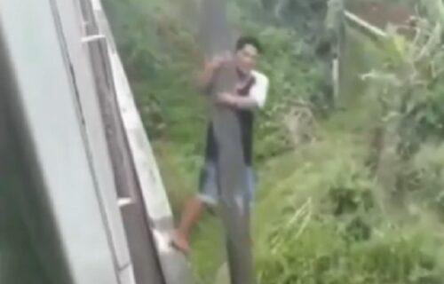 Sve je to tako normalno: Motociklistu zatekao VOZ na mostu, pa se popeo na vrh bandere (VIDEO)
