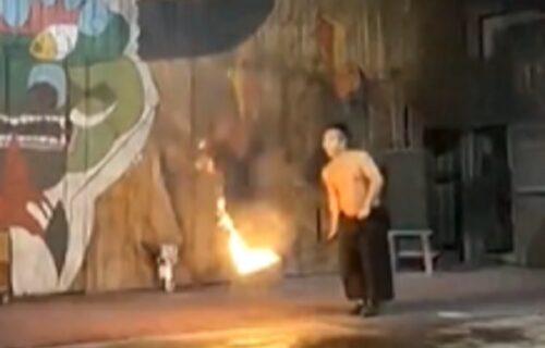 Onaj ko se igra VATROM...: Hteo da zabavi gledaoce, pa zapalio pantalone (VIDEO)