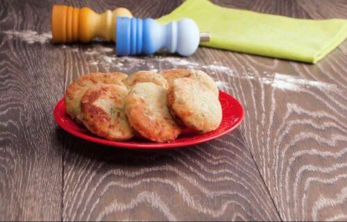 Jeftin obrok za svako doba dana: Napravite mekane pljeskavice od kačkavalja i peršuna (RECEPT+VIDEO)