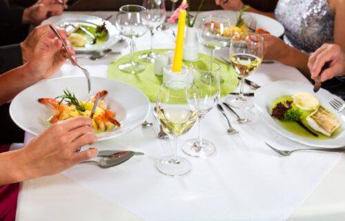 Pravila BONTONA: 10 stvari koje otmene žene NIKADA ne smeju da urade u restoranu (VIDEO)