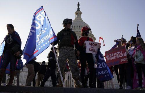 Brutalan OBRAČUN u Vašingtonu: Tuča Trampovih i Bajdenovih pristalica, jedna osoba IZBODENA (FOTO+VIDEO)
