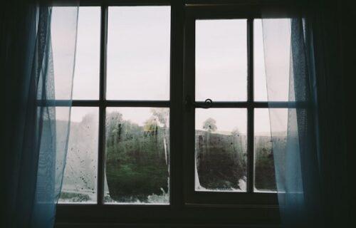 Ležala GOLA i gledala TV: Ugledala JEZIVO lice kako je posmatra s prozora, pa učinila najluđu stvar