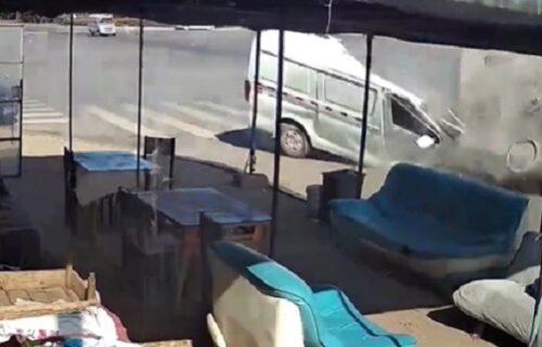 Ovo je preživeo? Ogromno čudo palo mu na minibus, krstili se i doktori kako nije umro (VIDEO)