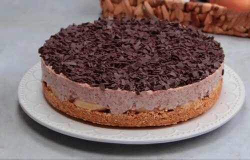 Torta koja se NE PEČE: Fenomenalna poslastica sa bananama, čokoladom i keksom (RECEPT+VIDEO)