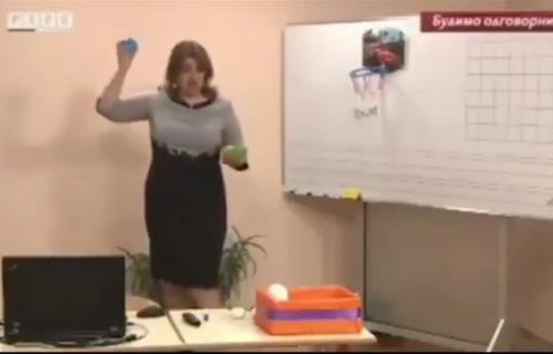 Uzela LOPTICE u RUKE i samo se nasmejala: Učiteljica iz komšiluka postala hit u onlajn nastavi (VIDEO)